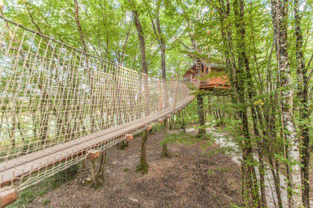 La cabane Margaux est accessible par un long pont de singe entre les arbres...